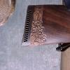 Le banc fustier : Détail Crosse sculptée avec edelweiss
