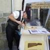 Le banc fustier : Laurent MARTIN en train de sculpter un bas-relief à la fête du terroir à saint Bonnet le 8 aout 2010