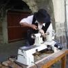 Le banc fustier : Andréas MARTIN en train de tourner une cuillère à miel à la fête du terroir à saint Bonnet le 8 aout 2010
