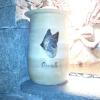 Le banc fustier : Portrait de chien loup sur urne funéraire en hêtre
