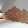 Le banc fustier : Bas-relief sur tête de lit en sapin