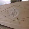 Le banc fustier : Edelweiss sculpte sur coffre