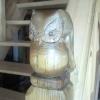 Le banc fustier : Hibou en bois d'if pose sur poteau de rambarde d escalier